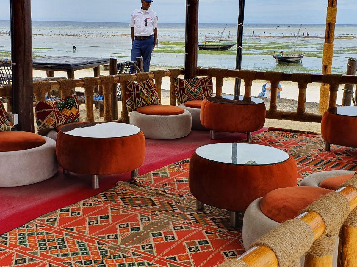 פינת ישיבה במלון בזנזיבר