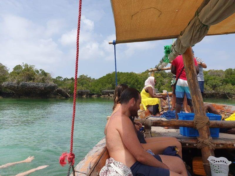 נסיעה בסירה בספארי בלו