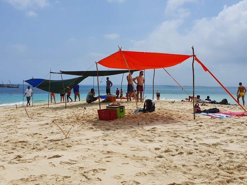 הקמת מאהל בחוף ספארי בלו